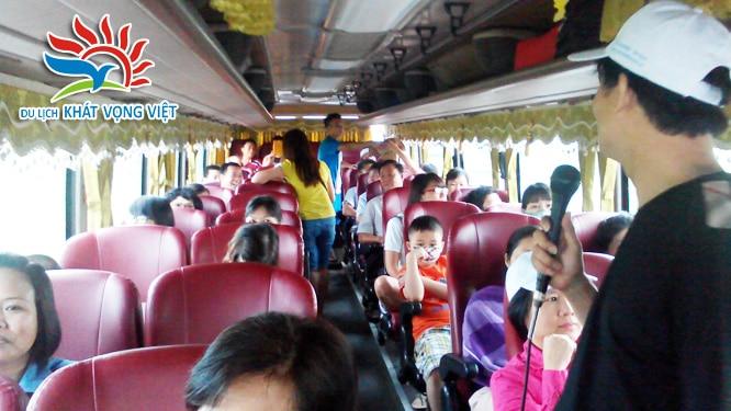 Đoàn biểu diễn giao lưu văn nghệ trên xe