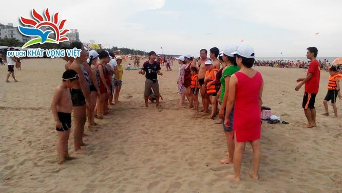 Đoàn tham gia các trò chơi trên bãi biển