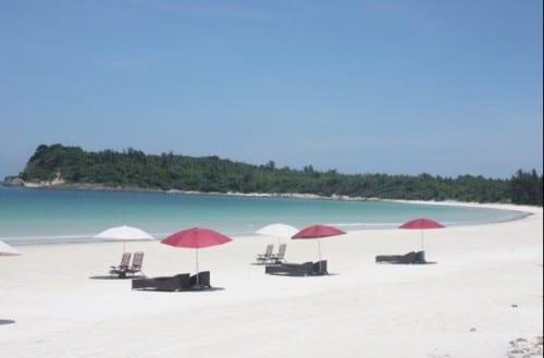 Tắm biển ở Hạ Long