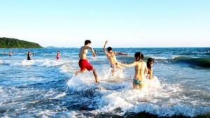 Tắm biển tại Cô Tô