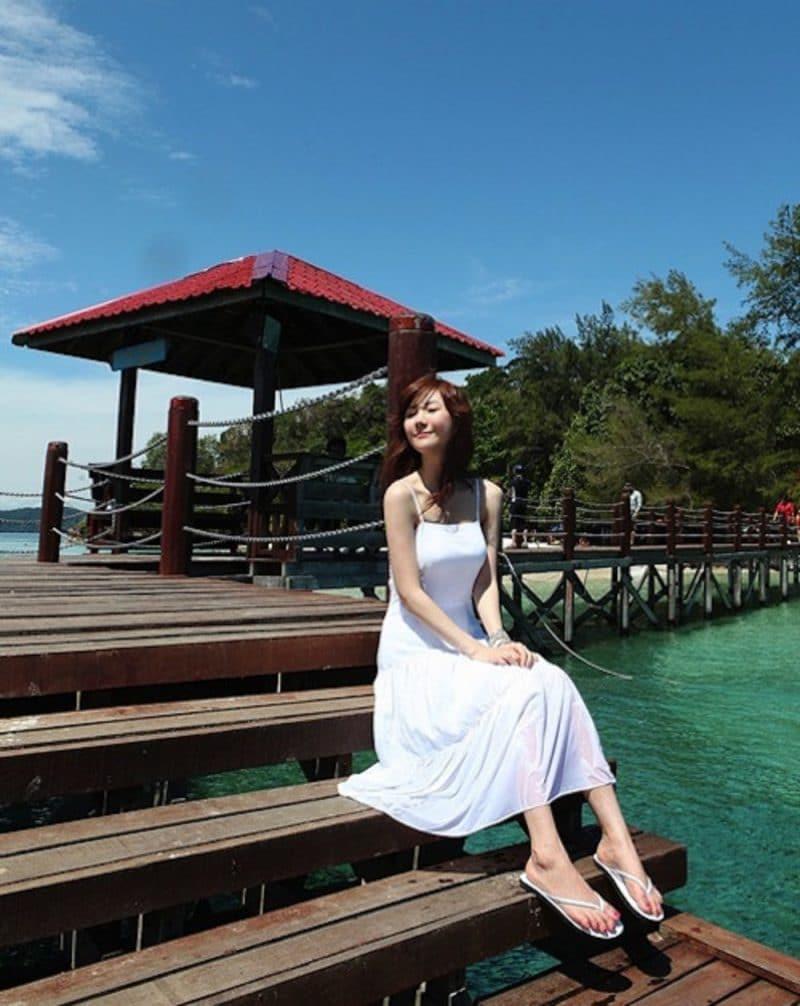 những bộ váy là trang phục không thể thieus khi đi biển