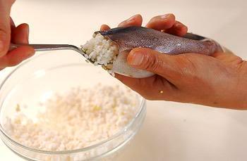 Cơm và ngũ cốc nhồi vào mực rất cẩn thận.