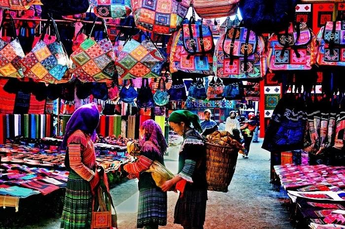 Làng thổ cẩm bản Tả Phìn với những mặt hàng đa dạng thu hút du khách đến tham quan, mua sắm