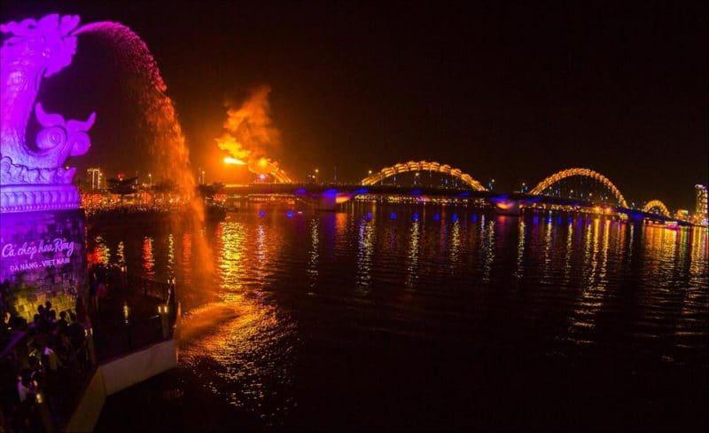 Cầu Rồng phun lửa về đêm