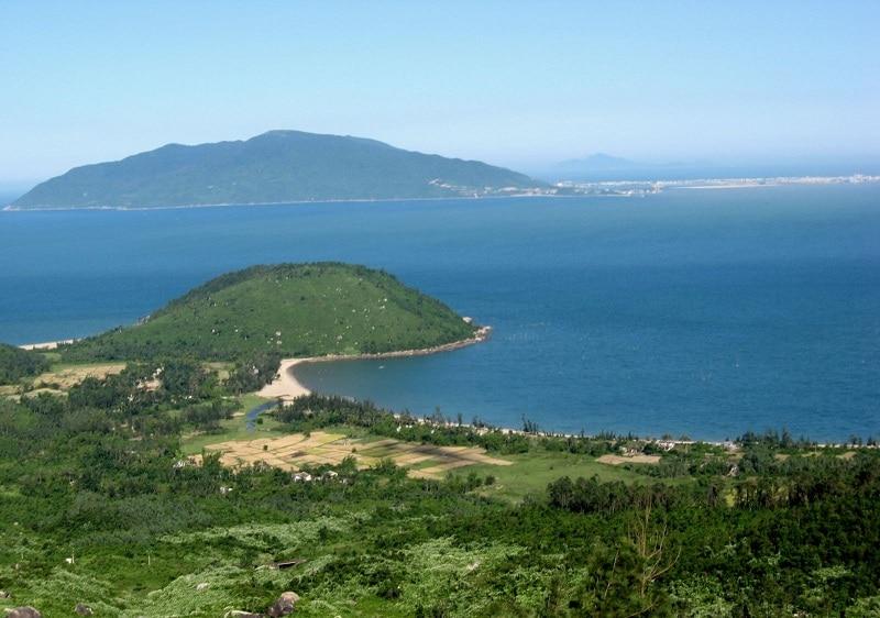 Đảo Yến nổi lên giữa biển như một viên ngọc chưa được mài giũa