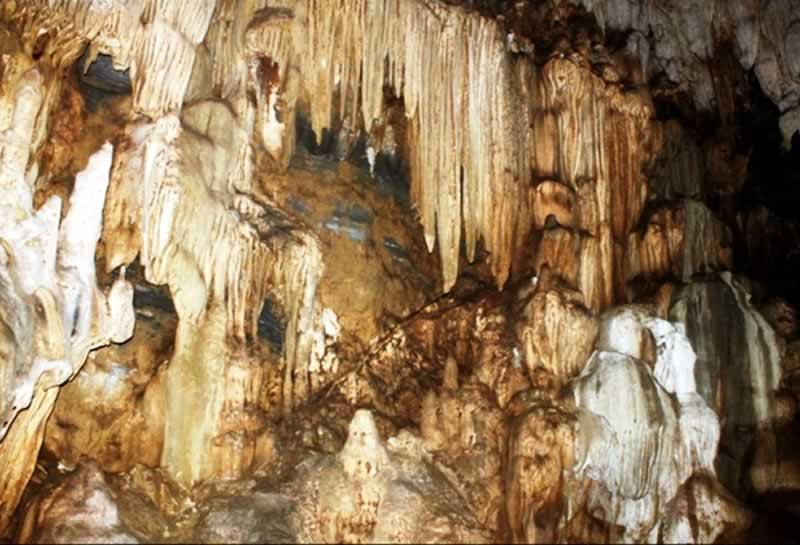 Hang động Tả Phìn với nhiều nhũ đá với hình thù kỳ bí, hấp dẫn du khách tham quan