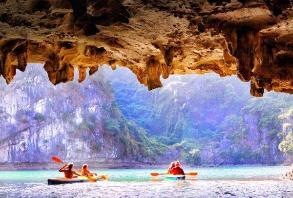 Du khách chèo thuyền kayak khám phá vẻ đẹp hang Luồn