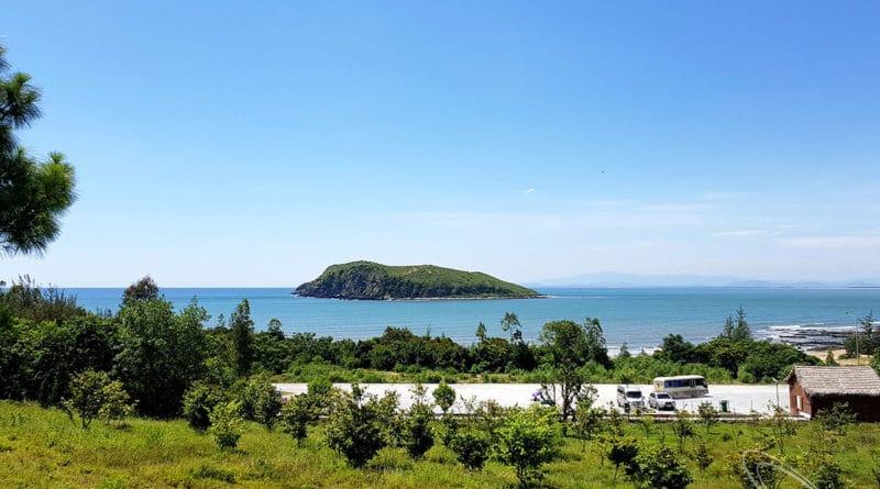 Vũng Chùa là một bãi biển đẹp, trong xanh và khá kín gió
