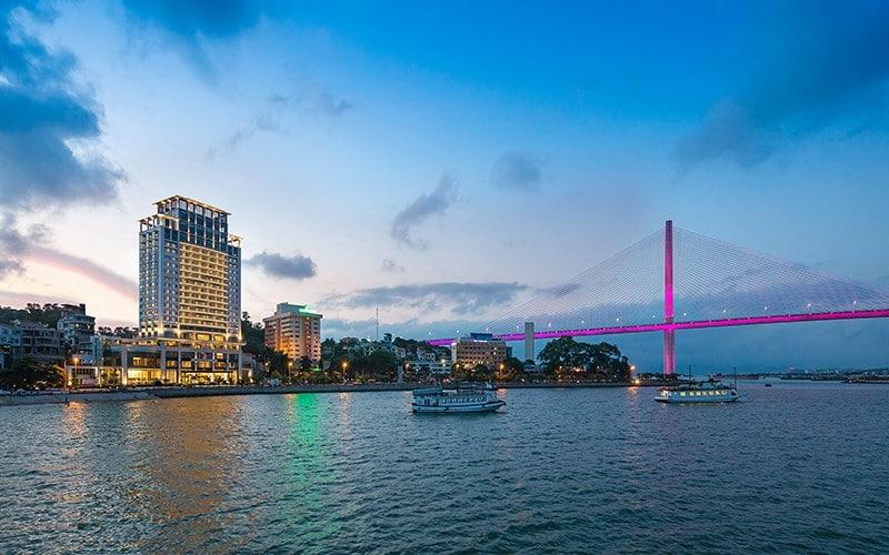 Khách Sạn Wyndham Legend Halong đẳng cấp 5 sao nằm ngay gần cây cầu Bãi Cháy xinh đẹp