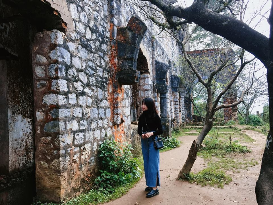Tường thành bên ngoài tu viện là lớp đá vững chắc