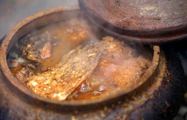Niêu cá kho bập bùng trên bếp lửa