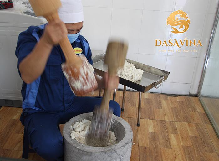 Chả mực DASAVINA được làm theo phương thức giã tay truyền thống và nặn thủ công