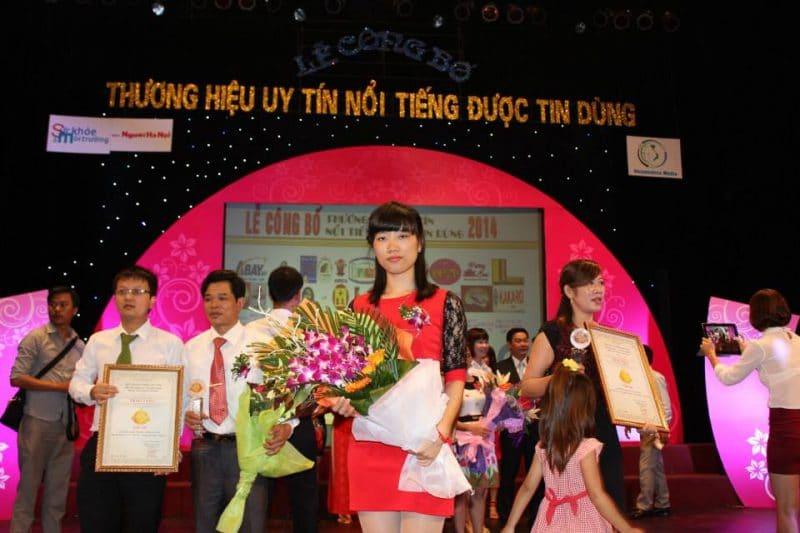 Đại diện công ty Đặc Sản Việt Nam lên nhận giải thưởng