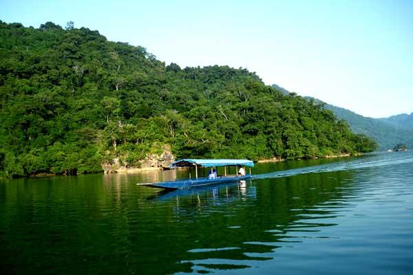 Hồ Ba Bể trong xanh, tươi mát