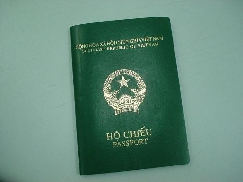 Luôn mang hộ chiếu bên mình bạn nhé