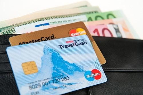 Mang theo cả tiền mặt và thẻ tín dụng