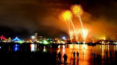 Du khách đến xem lễ hội pháo hoa Đà Nẵng