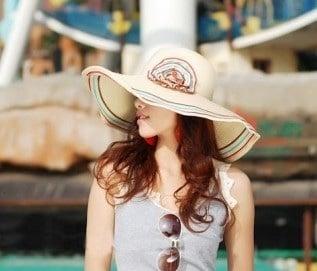 Ưu tiên những chiếc mũ sáng màu nhé bạn