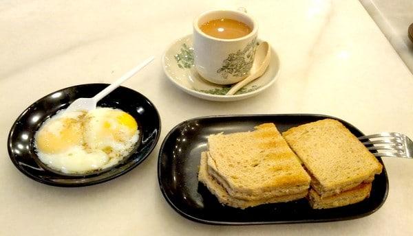 Một số nơi người ta ăn kèm bánh mì nướng Kaya với trứng lòng đào
