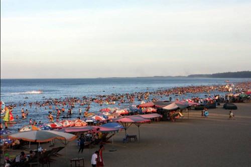 Biển Cửa Lò thu hút đông đảo du khách mỗi dịp hè về