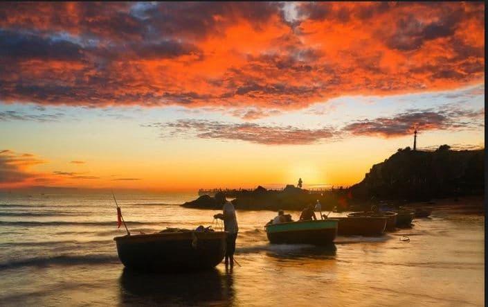 Khi mặt trời chưa kịp ló dạng, những chiếc thuyền đã cập bến sau một đêm đánh lưới vất vả