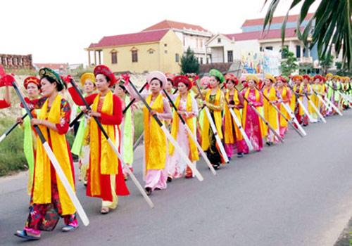 Biểu diễn Hò khoan chèo cạn tại lễ hội đường phố Quảng Bình