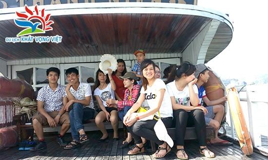 Khách đi du lịch Hạ Long