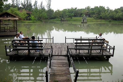 Du khách có thể vừa nghỉ ngơi vừa ngắm nhìn khung cảnh thiên nhiên tươi đẹp ở đây
