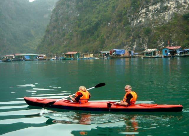 Du khách chèo thuyền kayak khám phá làng chài Cửa Vạn