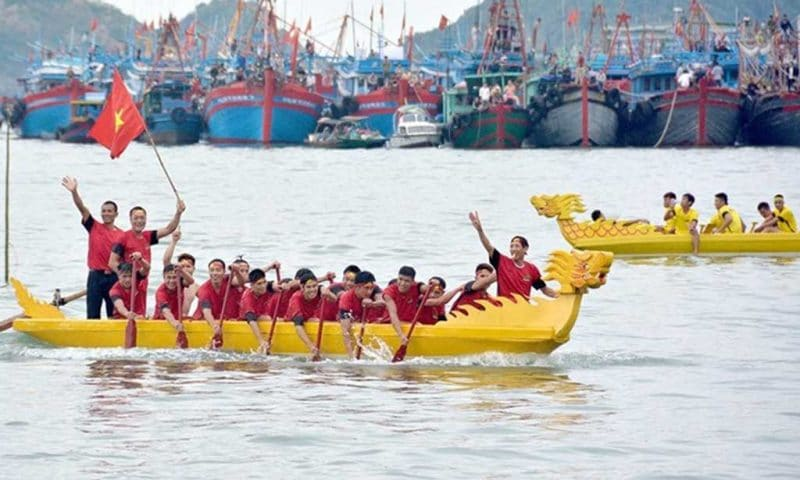 Đua thuyền Rồng trong lễ hội Cầu Ngư được mọi người hưởng ứng nhiệt tình