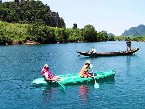 Du khách chèo thuyền trên sông Chày