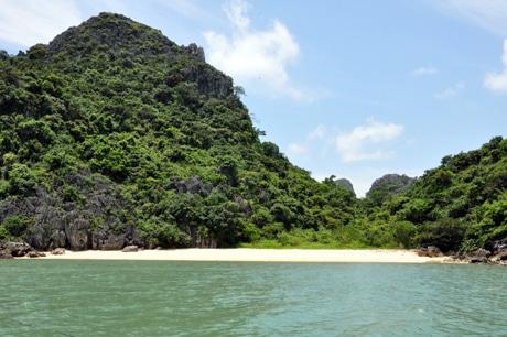 Khung cảnh thiên nhiên xinh đẹp nơi bãi tắm Ba Trái Đào