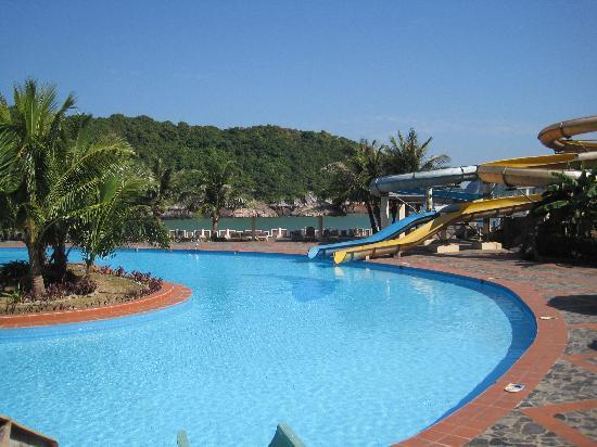 Bể bơi ngoài trời rộng lớn chuyên tổ chức các bữa tiệc buffe và đồ nướng