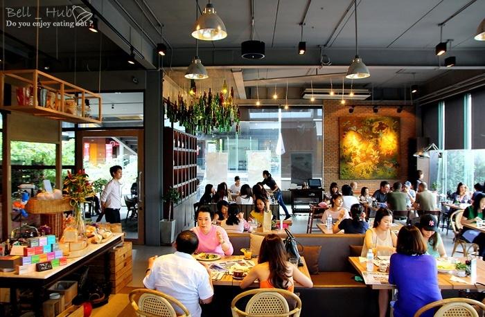 Du khách đến Roast Coffee & Eatery vừa uống cafe vừa có thể ăn các bữa chính
