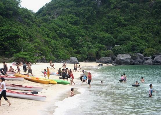 Du khách tại bãi tắm Cát Dứa đảo Khỉ
