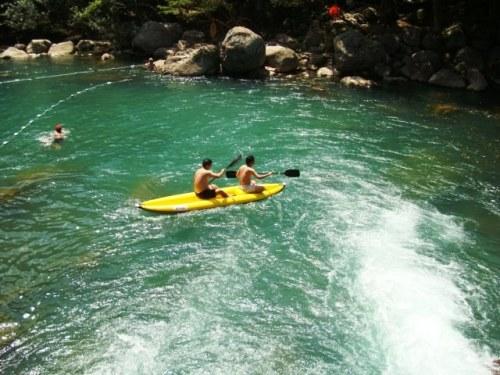 Du khách chèo thuyền kayak trên suối nước Moọc