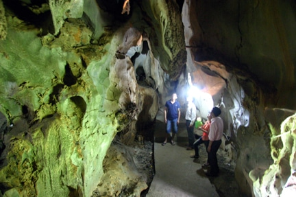 Khám phá những vẻ đẹp huyền ảo trong các hang động ở Cát Bà