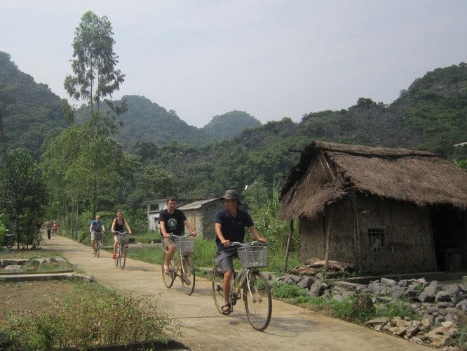 Du khách quốc tế đạp xe tham quan xung quanh làng