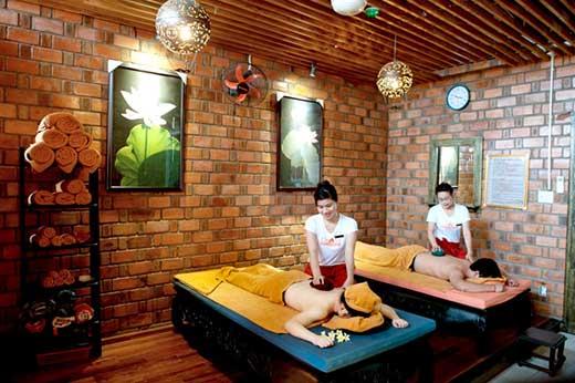 Sau khi xông hơi du khách được massage bởi những nhân viên chuyên nghiệp