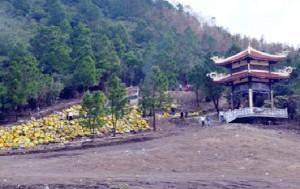 Người dân viếng thăm mộ Đại tướng Võ Nguyên Giáp