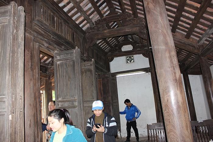 Du khách tham quan nhà cổ của Cụ địa chủ Bá Kiến