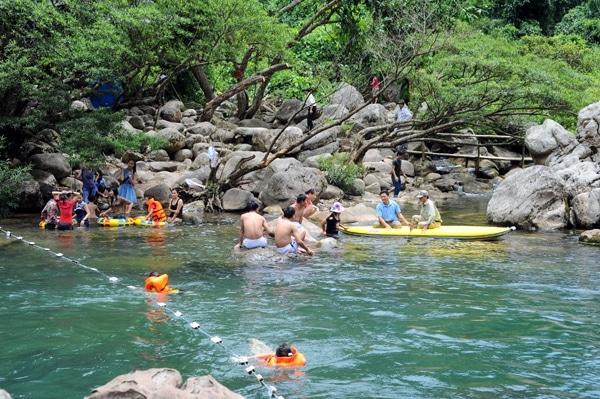 Du khách thích thú tắm ở suối nước Moọc
