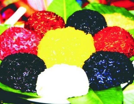Thưởng thức xôi bảy màu của đồng bào Nùng Dín Sapa