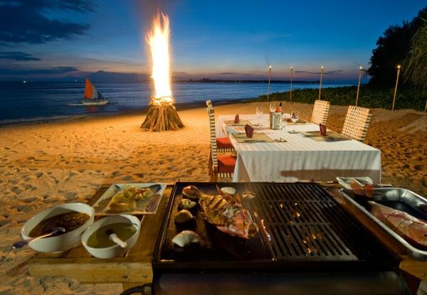 Bàn tiệc nướng lãng mạn ở trên bãi biển