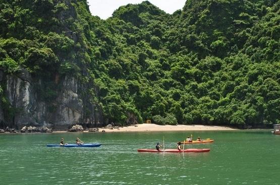 Chèo thuyền kayak trong vịnh Lan Hạ