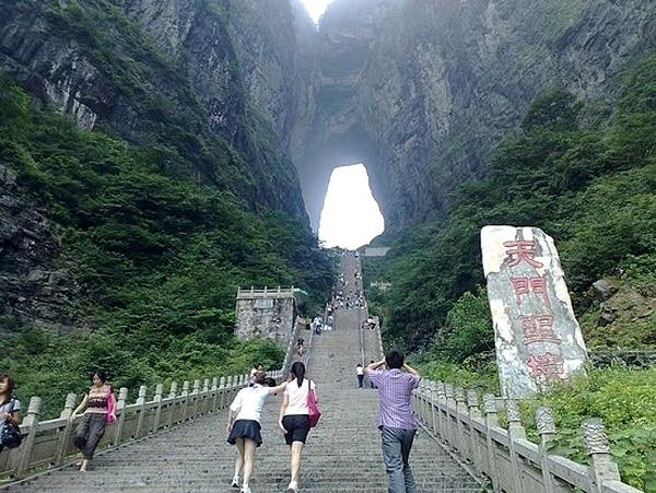Con đường bậc thang lên Cổng Trời