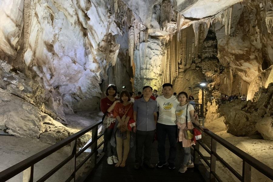 Đoàn chụp ảnh tại Động Thiên Đường