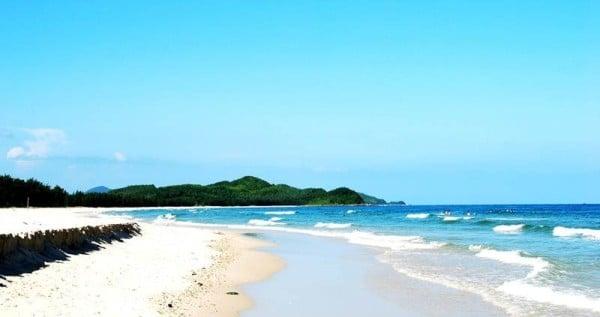 Vẻ đẹp của bãi biển ở đảo Quan Lạn