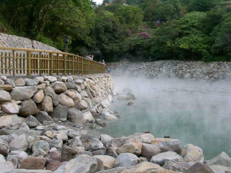 Suối nước nóng Bang gây ấn tượng với du khách bởi phong cảnh nên thơ hữu tình