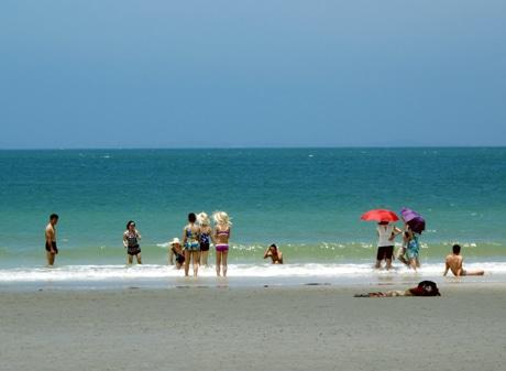 Bờ biển cát Minh Châu- nơi du khách tha hồ vui đùa cùng với nước và ngắm cảnh